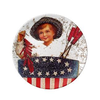 ヴィンテージの旗の男の子の爆竹7月4日 磁器プレート