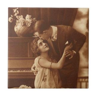 ヴィンテージの旧式なセピア色のカップル愛ロマンスのタイル タイル