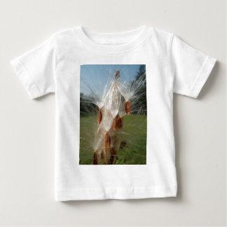 ヴィンテージの植物相および動物群のMilkweeds Floating.jpg ベビーTシャツ