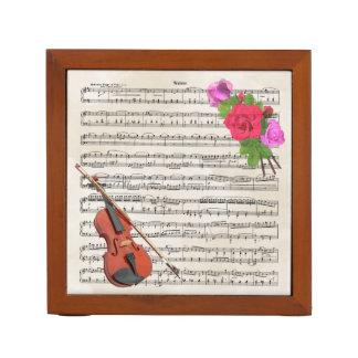 ヴィンテージの楽譜およびバラが付いているバイオリン ペンスタンド