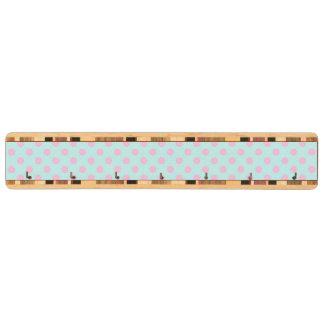 ヴィンテージの粋な明るいピンクの白い水玉模様パターン キーラック