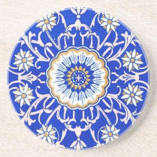 ヴィンテージの花柄はヤグルマギクの青に対して渦巻きます コースター