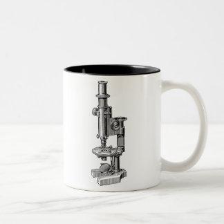 ヴィンテージの顕微鏡古く旧式な科学の顕微鏡 ツートーンマグカップ