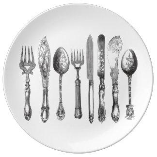 ヴィンテージの食事用器具類の白黒のフォークのスプーンのナイフの19世紀 磁器プレート