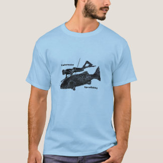 ヴィンテージの魚を持つ水中Spearfishingのダイバー Tシャツ
