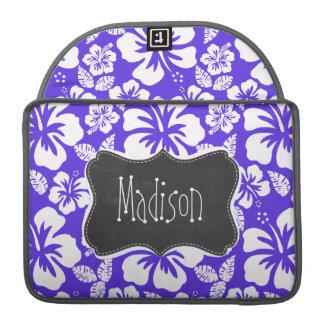 ヴィンテージの黒板; 青いすみれ色の熱帯ハイビスカス MacBook PROスリーブ