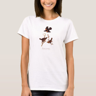 ヴィンテージの19世紀の赤によって飛ぶ黒い鳥のイラストレーション Tシャツ