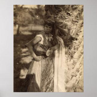 ヴィンテージアフリカの彼女のベストで服を着るアフリカの女の子 ポスター
