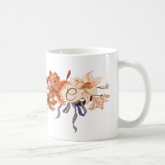 ヴィンテージユリの花束が付いているカスタマイズ可能なモノグラム コーヒーマグカップ