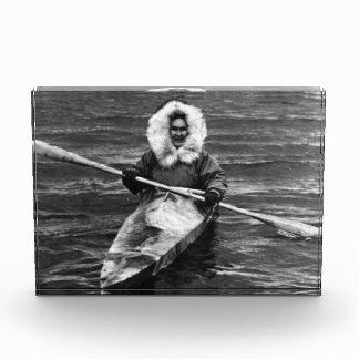 ヴィンテージ米国アラスカのエスキモー語および彼のカヤック1970年 表彰盾