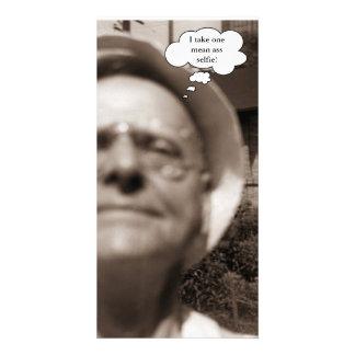 ヴィンテージ1958の老人はSelfieの写真を取ります カード