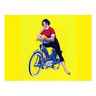 ヴィンテージ50sの女性のオートバイのモペットGal ポストカード