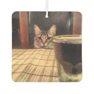 一口ビールか。 おもしろいなユーモアの子猫猫の写真の写真撮影 カーエアーフレッシュナー