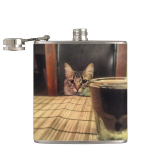 一口ビールか。 おもしろいなユーモアの子猫猫の写真の写真撮影 フラスク
