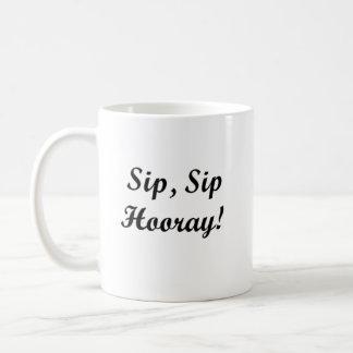 """""""一口、一口Hooray!"""" 白11のoz。 クラシックなマグ コーヒーマグカップ"""
