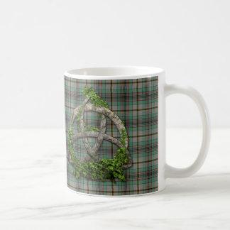 一族のクレイグのケルト族の三位一体の結び目およびタータンチェック コーヒーマグカップ