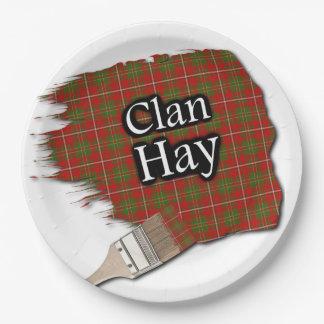 一族はスコットランドのタータンチェックの絵筆を干し草にします ペーパープレート