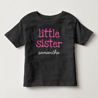 一流のピンクの文字の妹の暗闇のTシャツを加えて下さい トドラーTシャツ