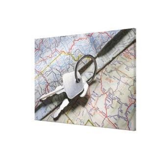 一組の道路図の山の車の鍵 キャンバスプリント
