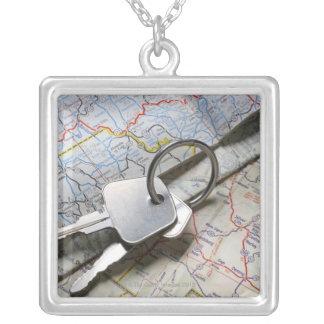 一組の道路図の山の車の鍵 シルバープレートネックレス