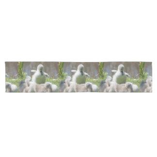 一緒に抱きしめている3羽の赤ん坊の白鳥のCygnetの子ガモ ショートテーブルランナー