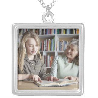 一緒に読んでいる女性および孫娘 シルバープレートネックレス