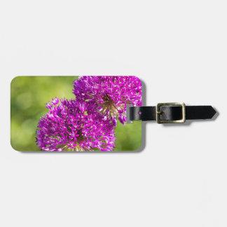 一緒の装飾用のタマネギの2つの紫色の花 ラゲッジタグ