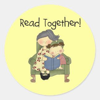 一緒の読書-祖母および女の子のTシャツおよびギフト ラウンドシール