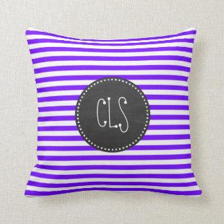 一見のインディゴ、バイオレットの、紫色及び白のストライプをチョークで書いて下さい クッション