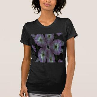 万華鏡のように千変万化するパターンのデジタル色petunia.jpg tシャツ