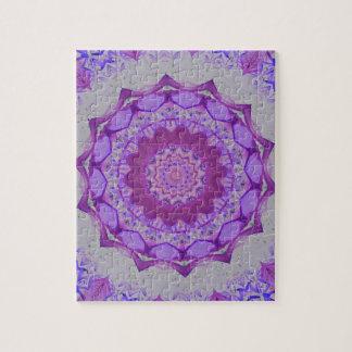 万華鏡のように千変万化するパターンのマンデラクールな紫色のパターン ジグゾーパズル