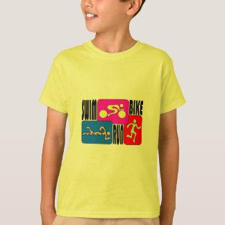 三トライアスロンの水泳のバイクによって走られる明るい正方形のデザイン Tシャツ