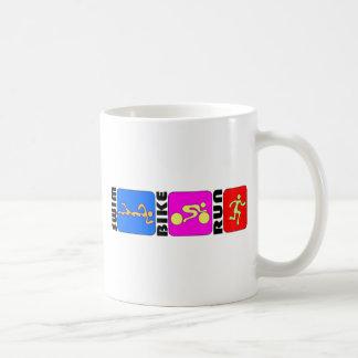 三トライアスロンの水泳のバイクの操業色の豊富なデザイン コーヒーマグカップ