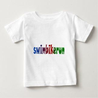 三トライアスロンの水泳のバイクの操業虹のデザイン ベビーTシャツ