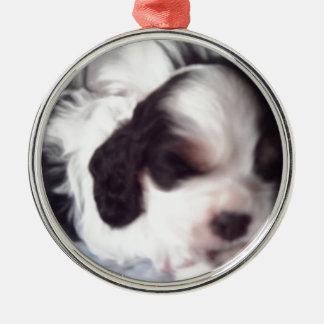 三着色されたコッカースパニエルの子犬 メタルオーナメント