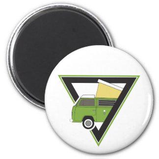 三角形のクラシックな緑のキャンピングカーバン マグネット
