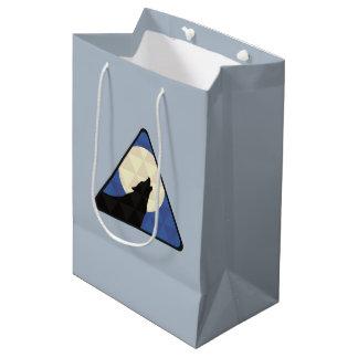 三角形のデザインの大きい月で遠ぼえしているオオカミ ミディアムペーパーバッグ