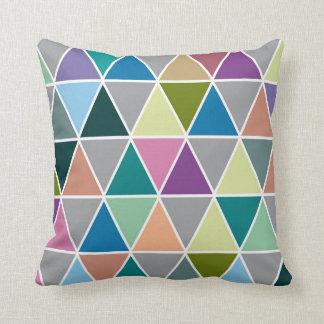 三角形の幾何学的な枕 クッション
