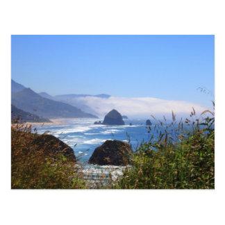 三角波の石のオレゴンの海岸の郵便はがき ポストカード
