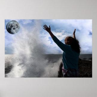 上げられた手を搭載する単独女性波および満月 ポスター
