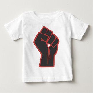 上げられた握りこぶしの革命家のハート ベビーTシャツ