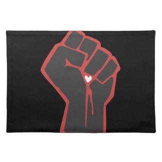 上げられた握りこぶしの革命家のハート ランチョンマット