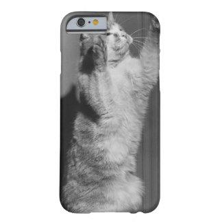 上げられた足(B&W)を搭載する猫 BARELY THERE iPhone 6 ケース