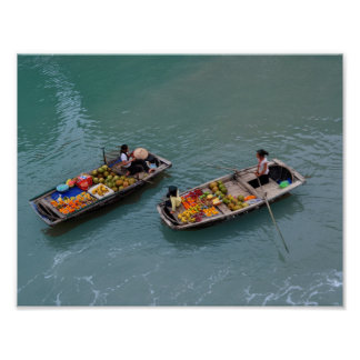 上でからのフルーツが付いているボートのベトナムの女性 ポスター