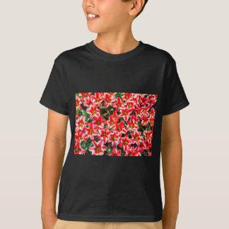 上でからの赤いチューリップの分野 Tシャツ