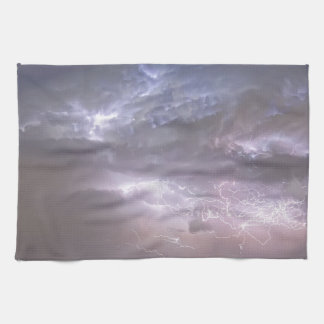 上でCumulonimbusの稲妻の嵐および星の道 キッチンタオル