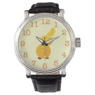 上のオレンジ切れを持つ微笑のオレンジキャラクター 腕時計