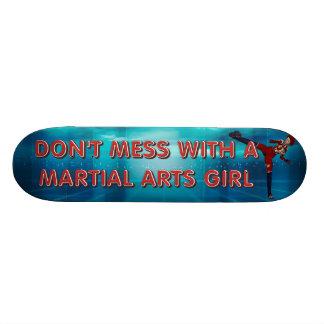 上の武道の女の子 スケートボード