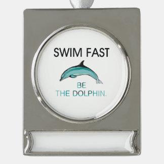上の水泳のイルカは絶食します シルバープレートバナーオーナメント