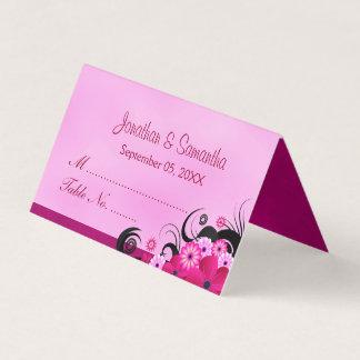 上品なハイビスカスの花の軽い明るい赤紫色によって折られるテーブル プレイスカード